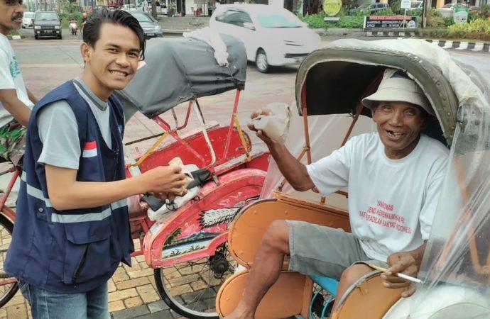 SOLOPEDULI Bagikan Makanan untuk Petugas Kebersihan dan Tukang Becak di Solo Baru