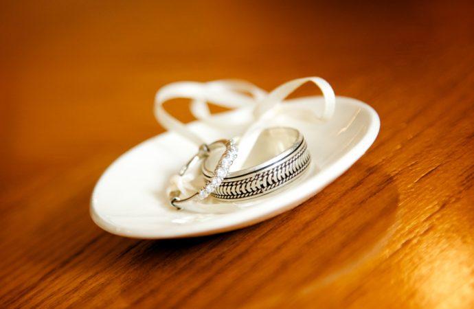 Suami Pelit kepada Istri, Bagaimana Cara Islam Menyikapinya?