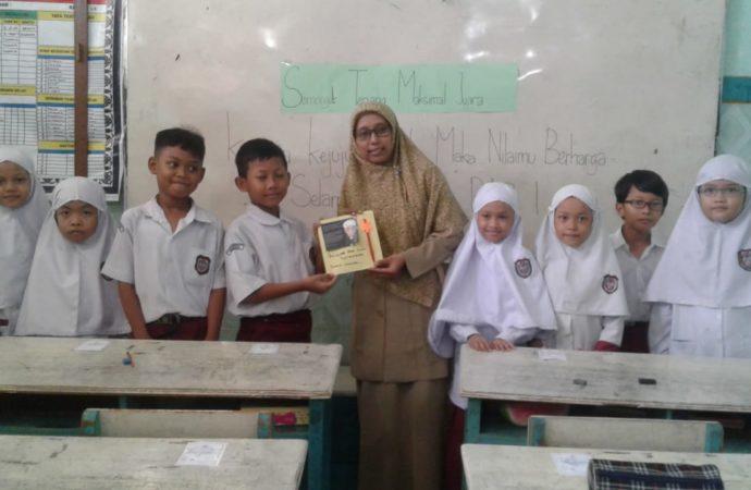 Peringati HGN, Siswa SDIT Nur Hidayah Beri Hadiah Kejutan buat Para Guru